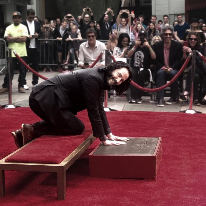 Киану Ривз оставил отпечатки своих рук и ног у Китайского театра в Голливуде Киану Ривз, Актеры, Отпечатки пальцев, Голливуд, Длиннопост