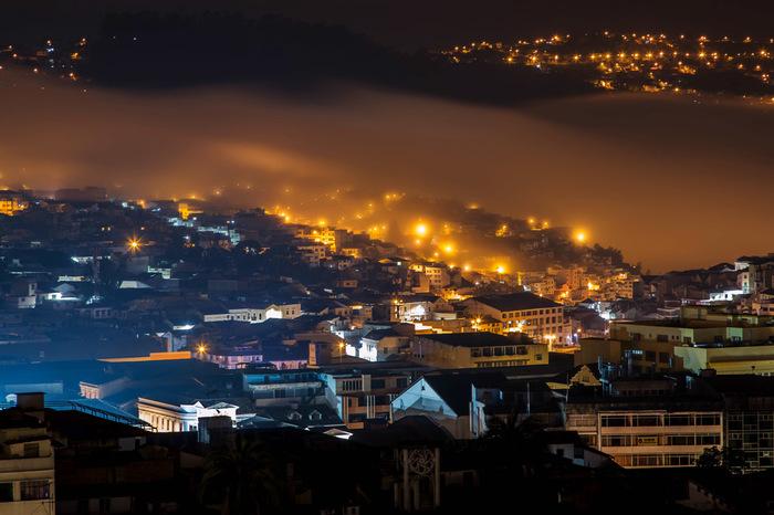 Город, укрытый одеялом облаков Облака, Эквадор, Кито, Ночь