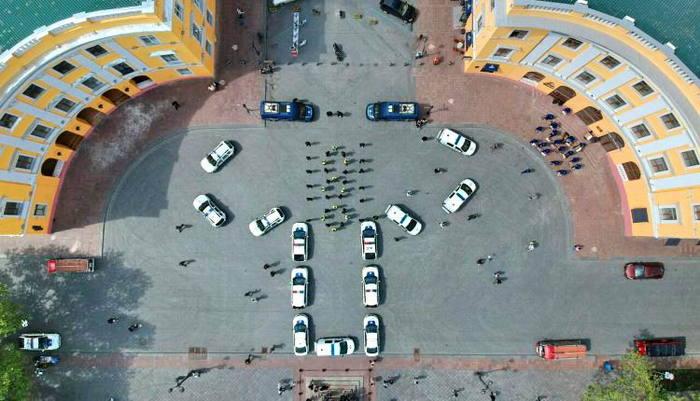 Одесские полицейские изобразили вышиванку из автомобилей. Получилось не очень