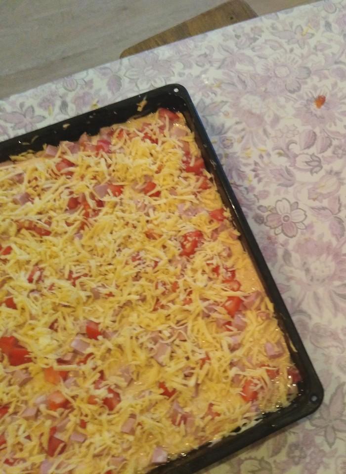 Мы с подругой веселились.У неё 2 раза упал телефон в помидоры и в сыр.