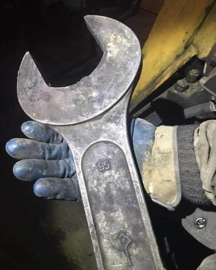 Карманный ключ слесаря на буровой