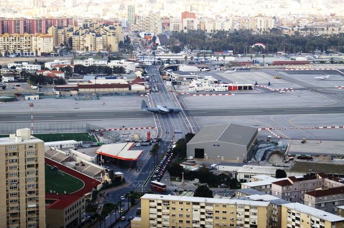 Просто автомобильная дорога пересекала взлётно-посадочную полосу. Гибралтар. Гибралтар, Взлётно-Посадочная полоса, Аэропорт, Самолет, Авто, Населенный пункт
