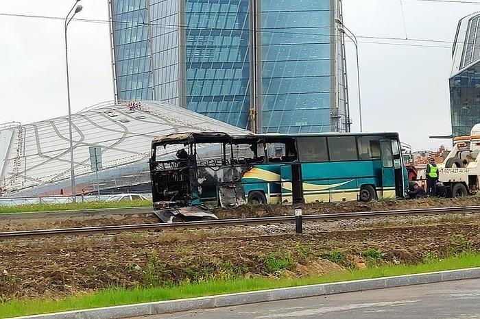 В Петербурге на ходу загорелся автобус с рабочими. Лахта-Центр, Авария, Автобус, Пожар, Санкт-Петербург