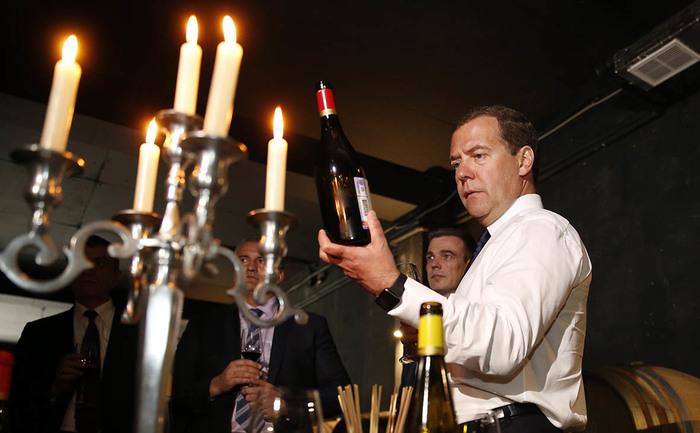 Медведев запретил чиновникам приобретать импортное вино через госзакупки Политика, Чиновники, Госзакупки, Вино, Алкоголь, Шампанское, Дмитрий Медведев, Развитие