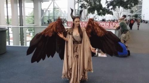 Девушка сделала крылья, которыми можно управлять