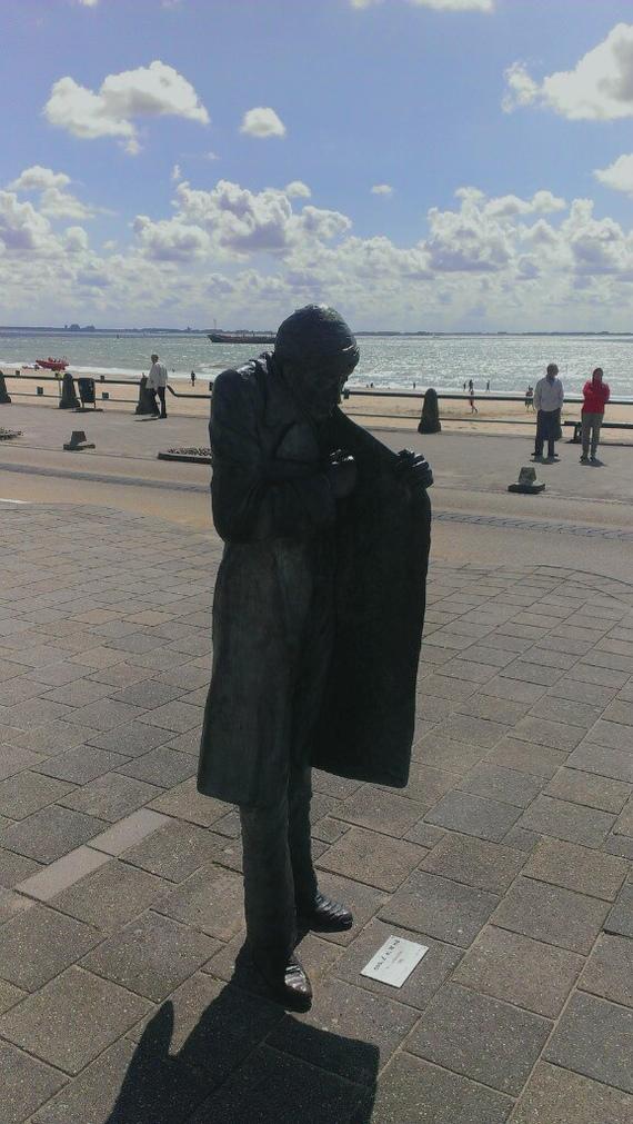 Нидерланды. Флиссинген. Памятник человеку закуривающему на ветру.