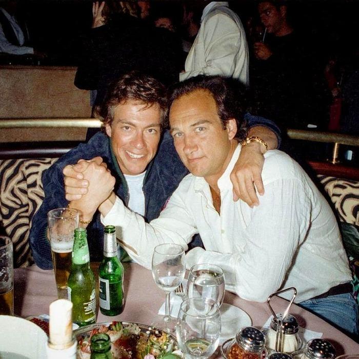 "Ван Дамм и Джеймс Белуши на открытии ресторана ""Планета Голливуд"", 1993 год"