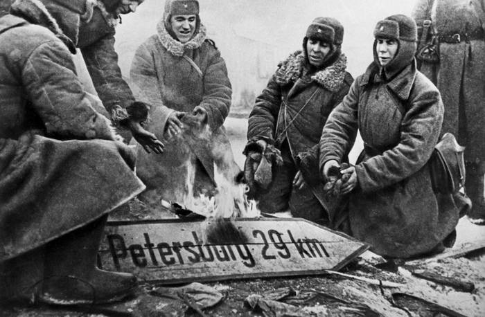 Бойцы РККА сжигают немецкий дорожный указатель.
