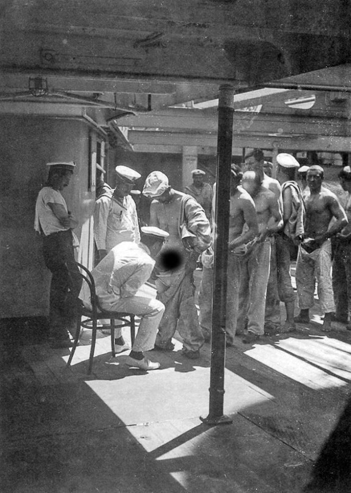 Корабельный врач осматривает команду по возвращении из увольнения на берег, 1910 год.