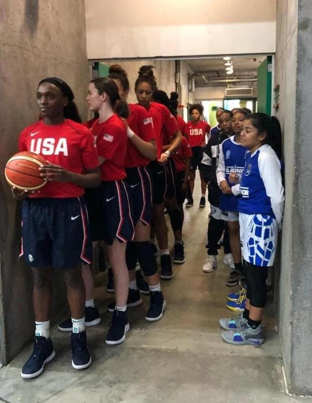 Сборная США по баскетболу среди женщин до 16 лет, стоит рядом с командой Сальвадора до 16 лет. Счет был 114-19.