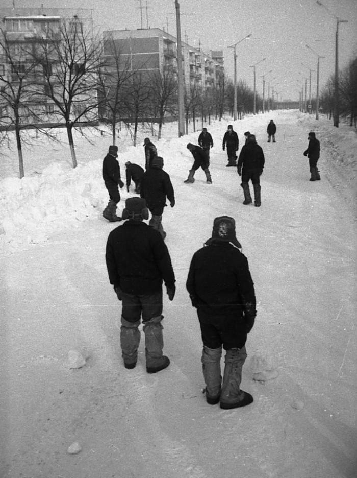 Ликвидаторы чернобыльской аварии играют в футбол в Припяти 1987 год. Чернобыль, Припять, Футбол, Длиннопост
