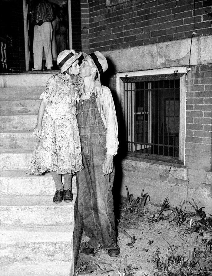 Гомер Пил целует свою 12-летнюю невесту Женеву в шаге от здания суда. США, 25 июня 1937 года.