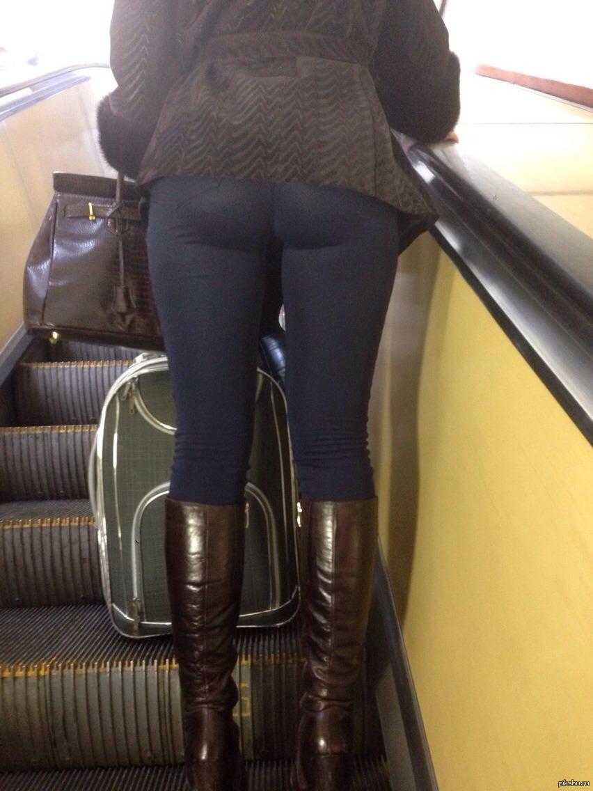 девушка в лосинах в автобусе
