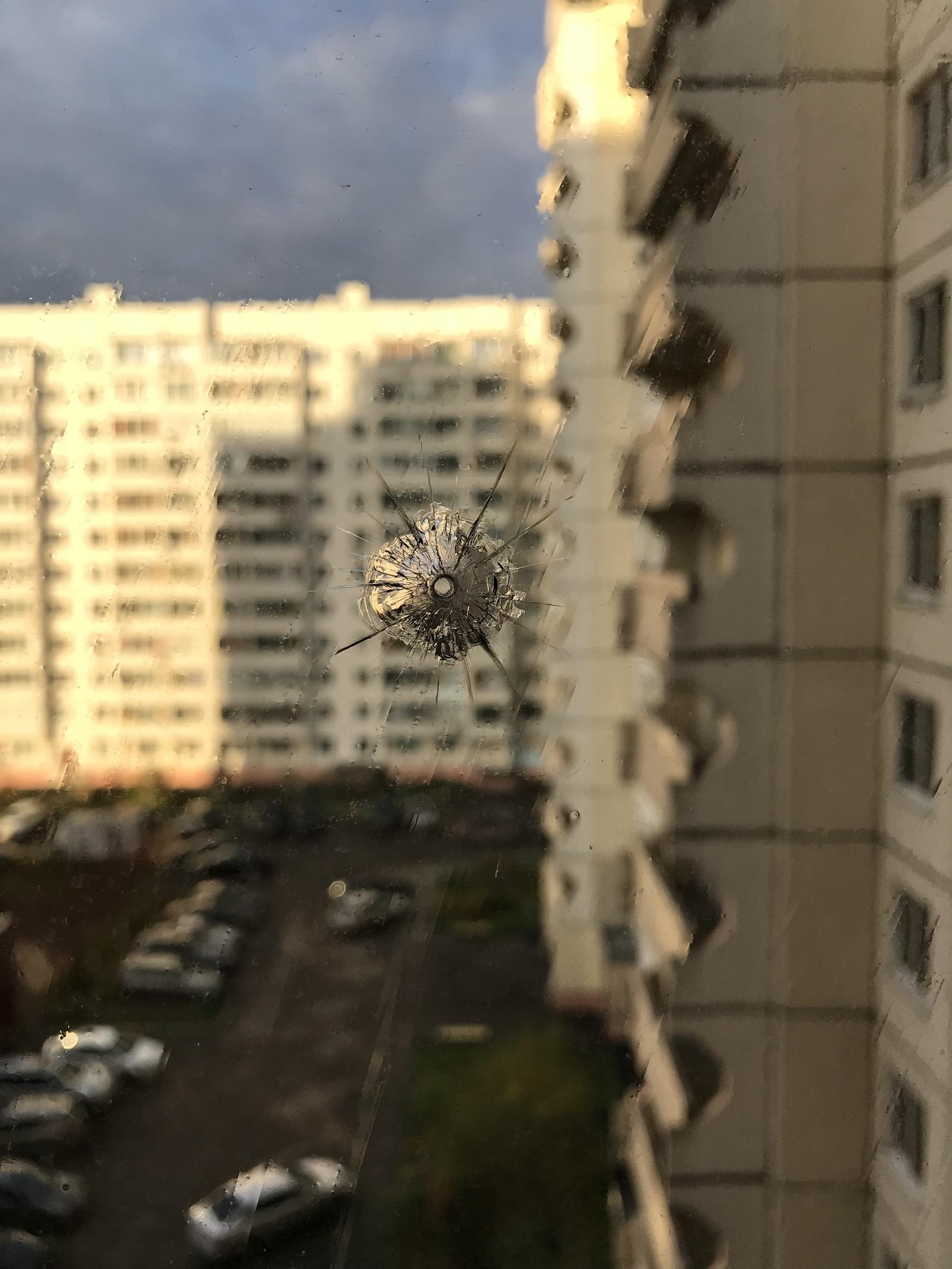 В окнах на стекле появились дырки
