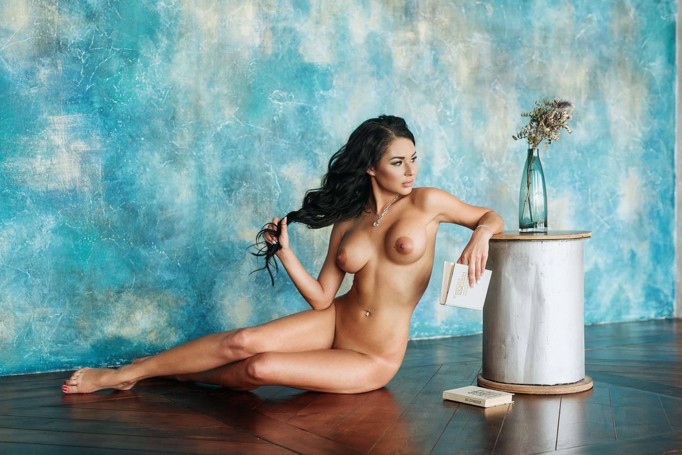 Видео фотограф и голая девушка в студии 12