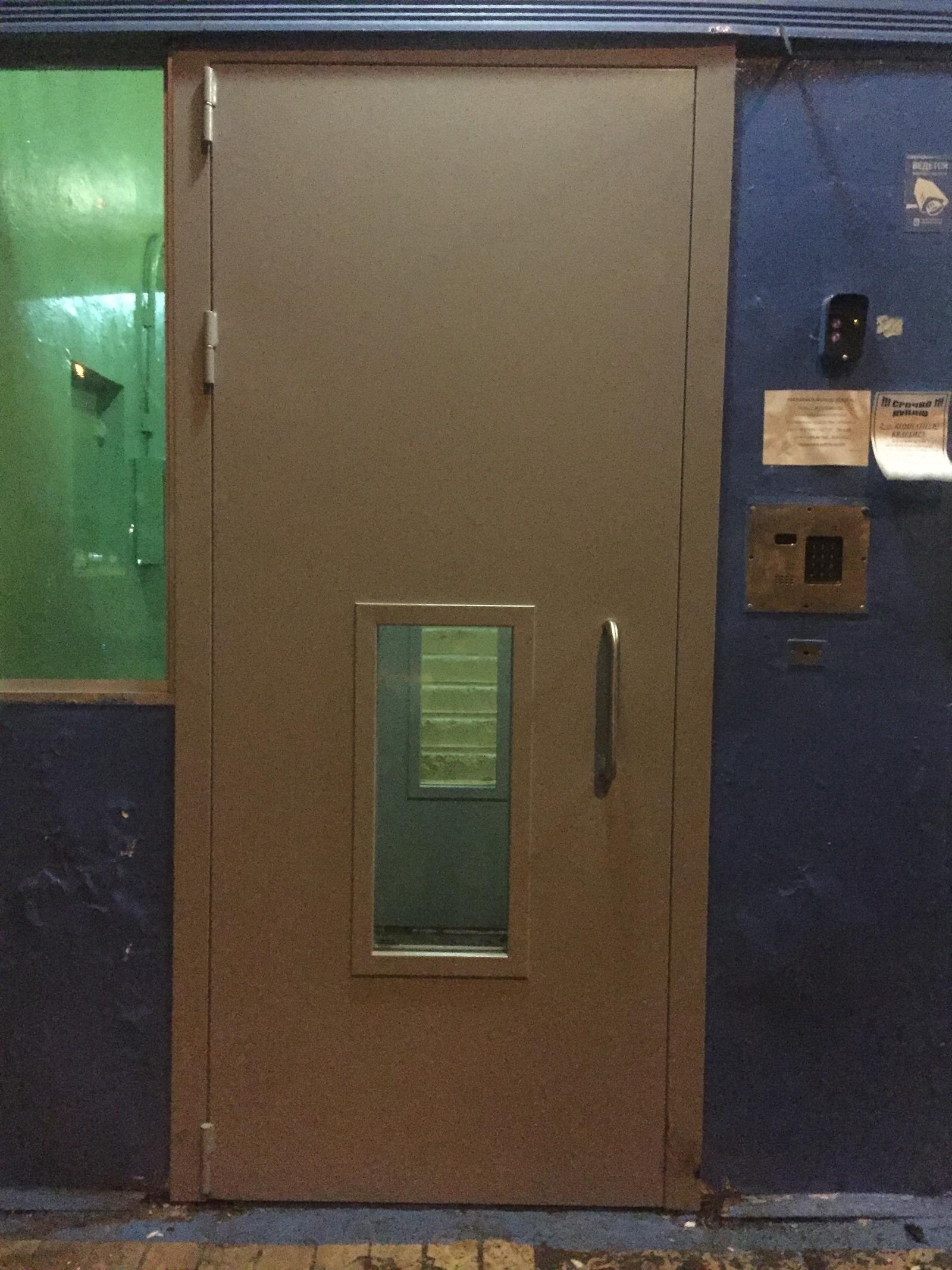 новые двери в подъезде