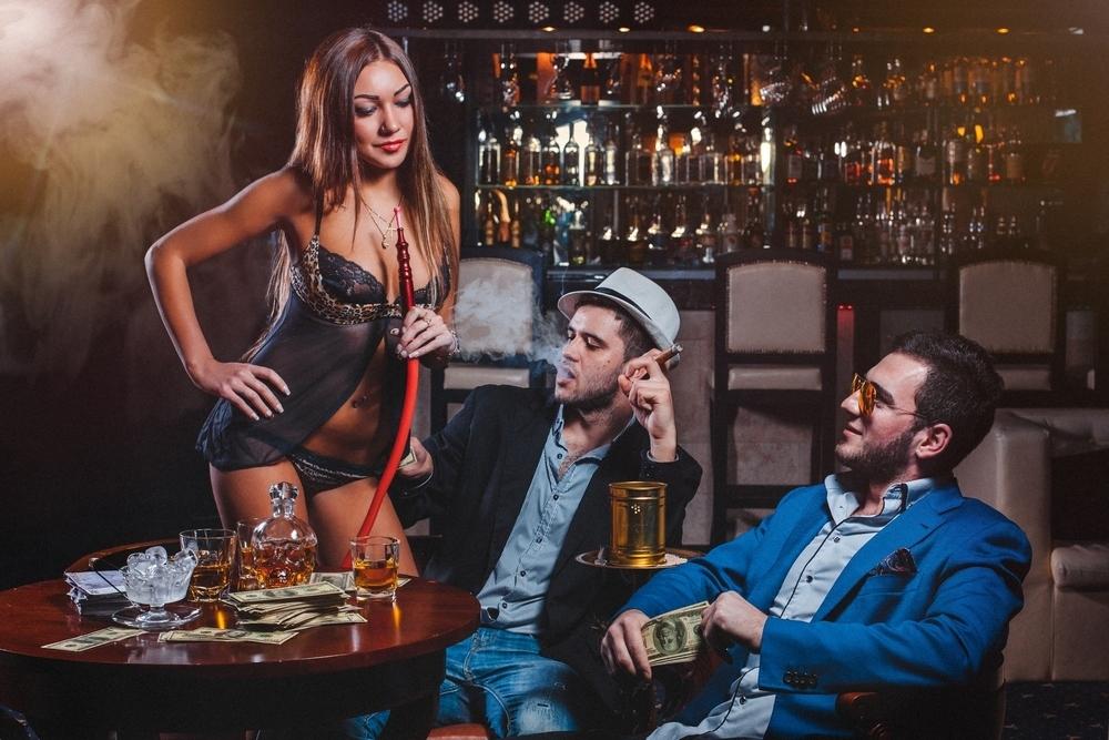 Официантка в стриптиз клубы москвы попы в ночном клубе