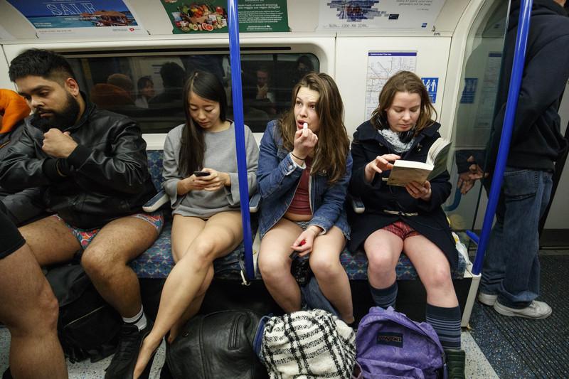 Без трусиков в метро видео