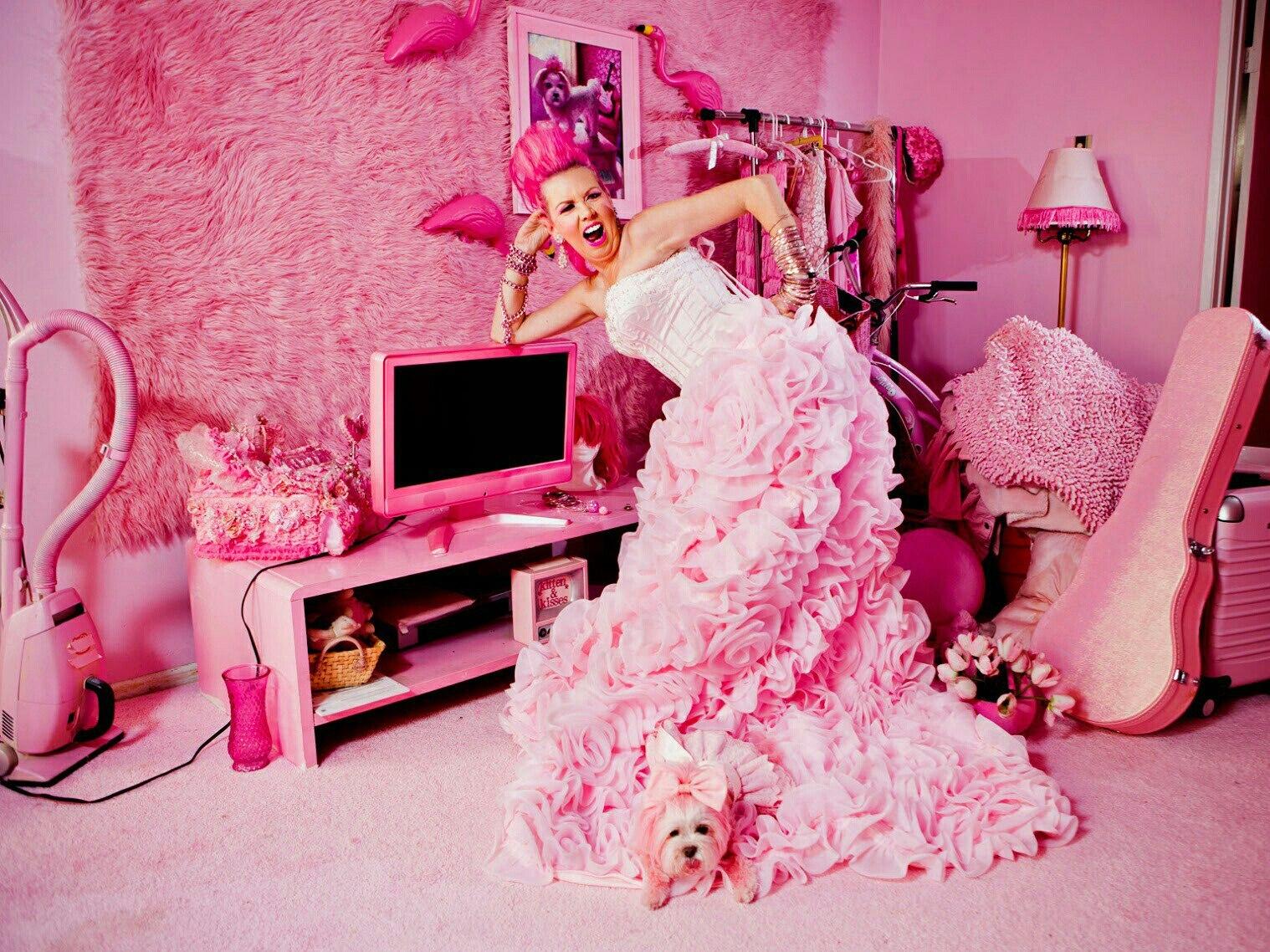 Женщина с большой розовой фото — 8