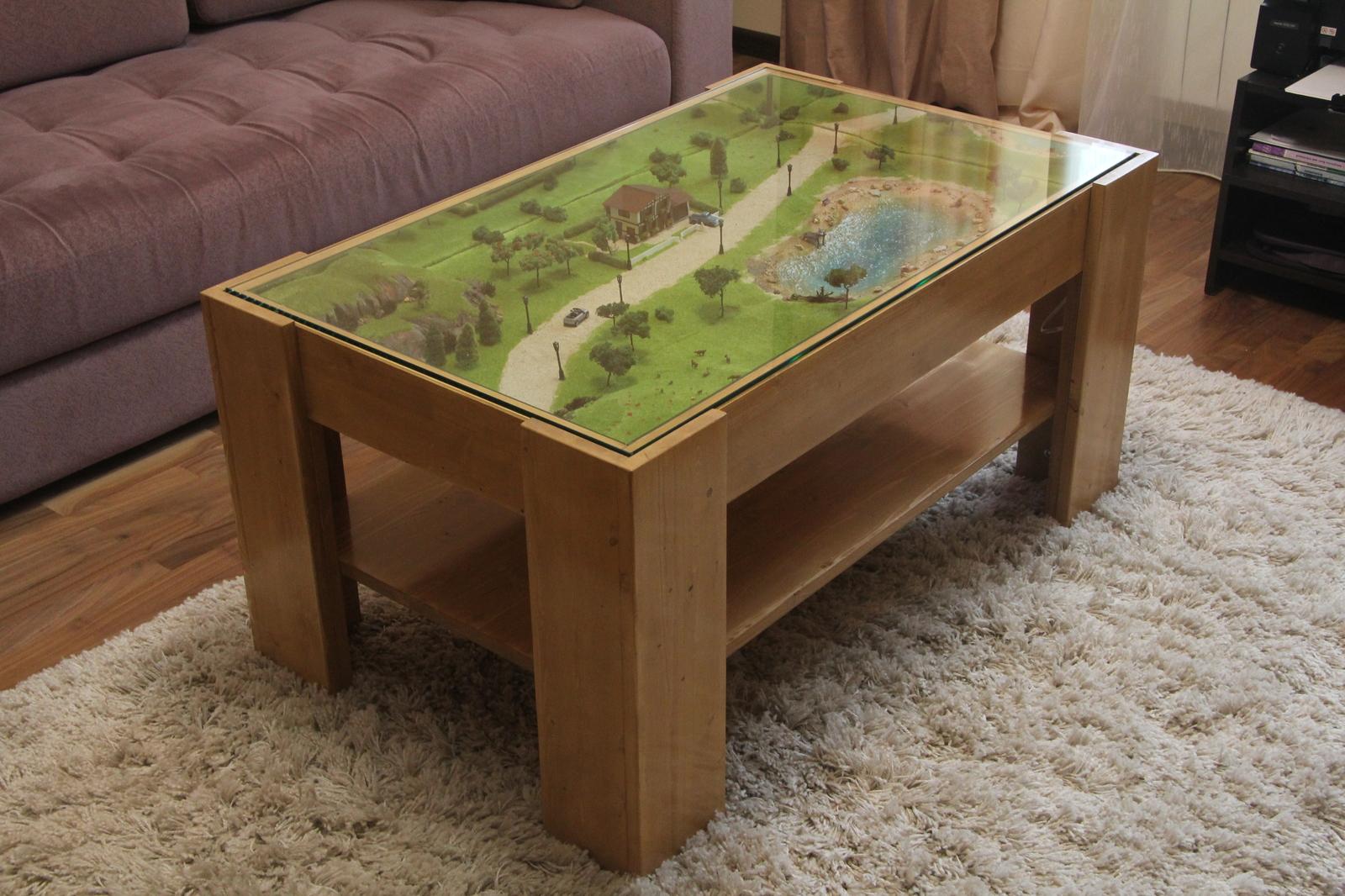 Журнальный стол с миниатюрой под стеклом