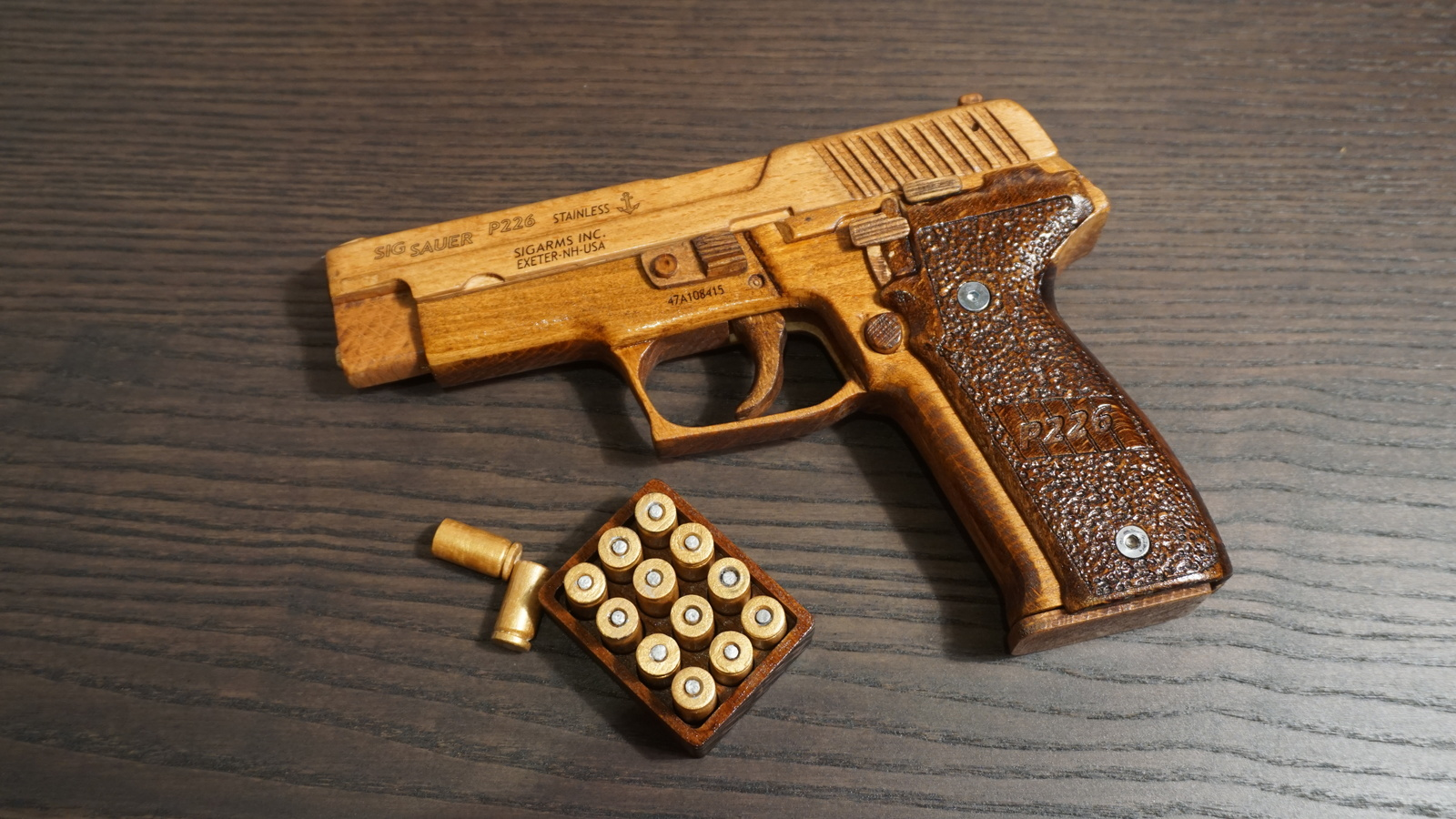Пистолет SigSauer P226 из дерева
